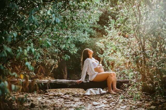 Raskaana oleva nainen rentoutuu